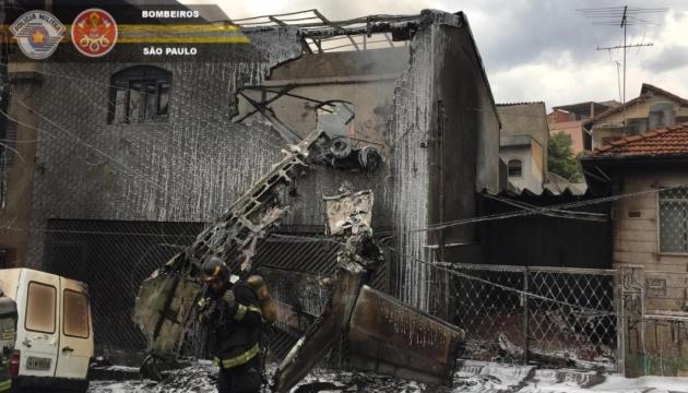 У Бразилії літак впав на житлові будинки: є загиблі