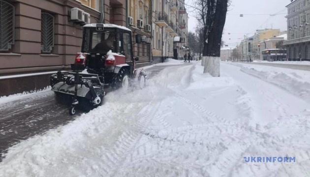 Щітки, відвали й солерозкидувачі: Київ чистять понад 350 одиниць спецтехніки