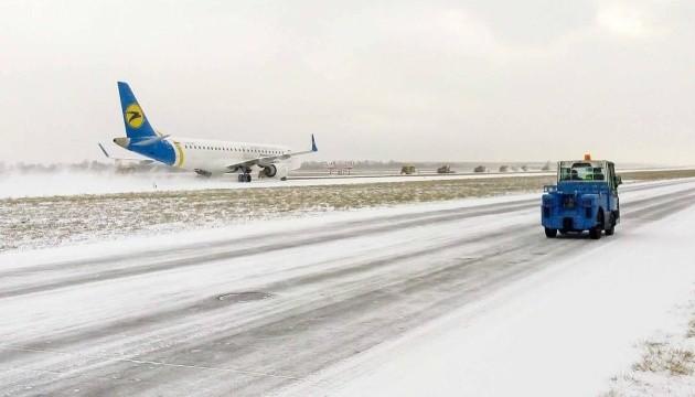 Через снігопади МАУ скасовує авіарейси
