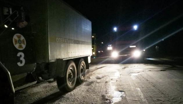 На Херсонщині на обледенілих і засніжених дорогах врятували більше 100 авто