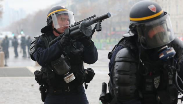 У Франції хочуть преміювати копів, які працюють на протестах