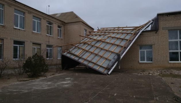 На Запорожье со здания школы ветром сорвало новую крышу