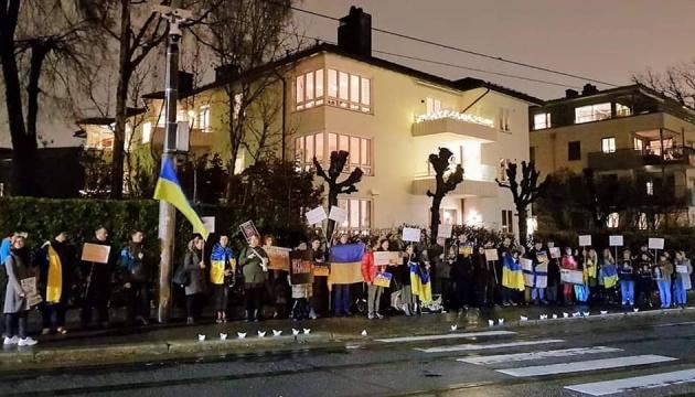 """""""Nein der russischen Aggression!"""": Ukrainer in Norwegen protestieren vor russischer Botschaft"""