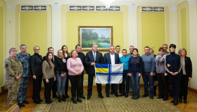 Poroshenko se reúne con las familias de los marineros capturados