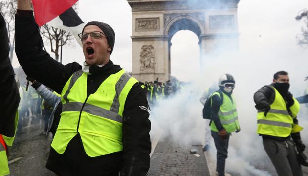 Паризька поліція застосувала сльозогінний газ під час протестів «жовтих жилетів»