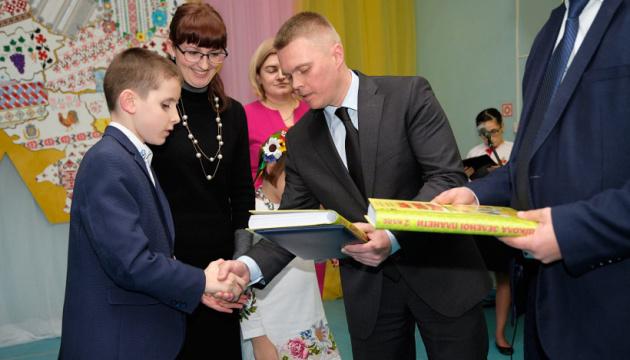 Спецшкола у Слов'янську отримала 600 підручників шрифтом Брайля