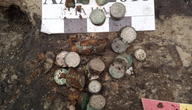 Археологи знайшли у Києві майже 2 кілограми срібних монет