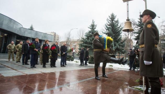 Spitzenpolitiker gedenken gefallener Soldaten – Fotos, Video