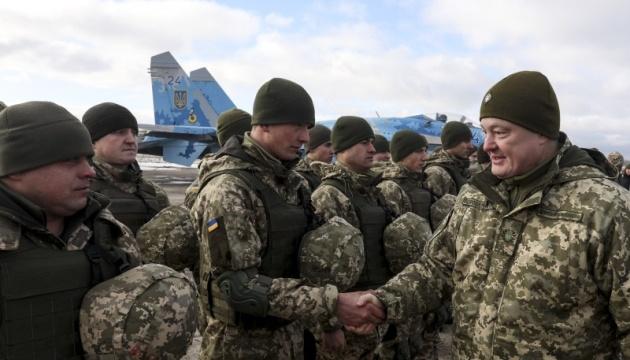 Бої за Карачун і аеропорти Донбасу: Порошенко нагадав про подвиги десантників