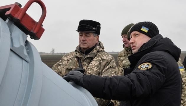 乌克兰国家安全和国防委员会秘书展示新型巡航导弹的测试过程