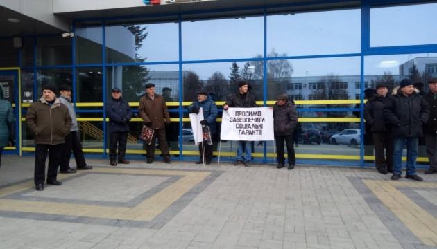 Півроку без зарплати: працівники Рівненського аеропорту прийшли під облраду