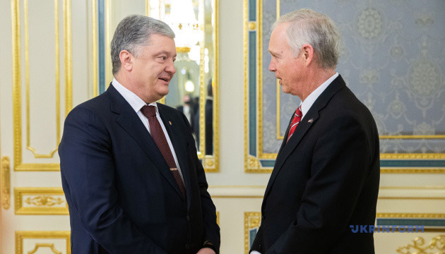 Порошенко і сенатор США обговорили посилення санкцій проти Росії