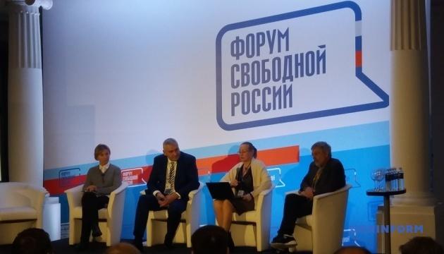 На Форум вільної Росії приїхали українські політологи та захисник Сущенка