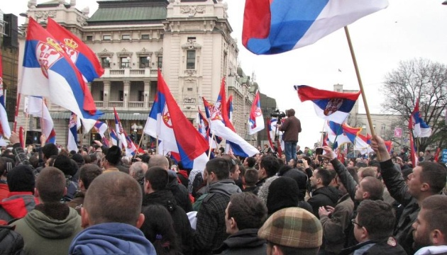 У Сербії тисячі людей вийшли на антиурядові просвіти