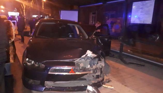 У Маріуполі автівка в'їхала у зупинку, є постраждалі