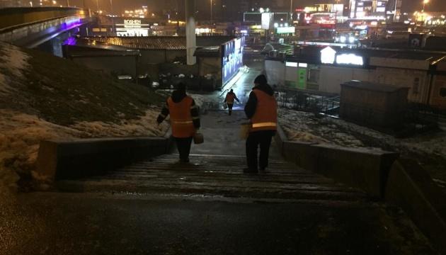 Больше не скользко: во всех районах Киева коммунальщики обработали дороги