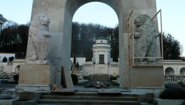 На Личаківському цвинтарі знову намагалися пошкодити конструкцію біля левів