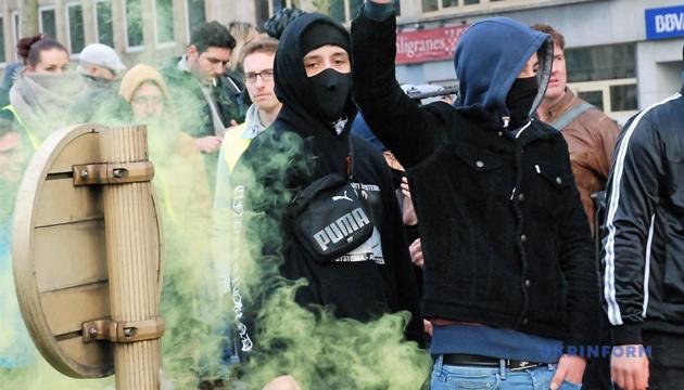 """Учасники акції """"жовтих жилетів"""" у Гаазі кидались феєрверками і димовими шашками"""