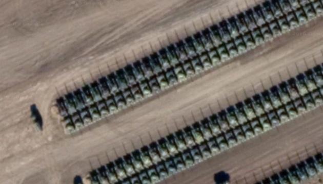 Des images satellite montrent des centaines de chars russes près de la frontière avec l'Ukraine (photos)