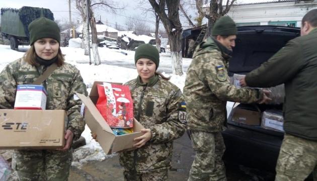 Жителям прифронтових сіл на Донбасі передали ліки, продукти та пресу