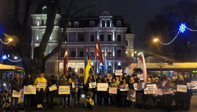 Під посольством РФ у Ризі пройшла акція проти порушення прав українців