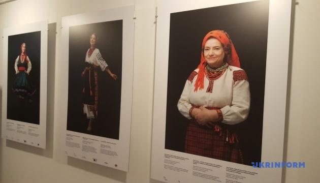 В Варшаве известные поляки презентовали украинские национальные костюмы