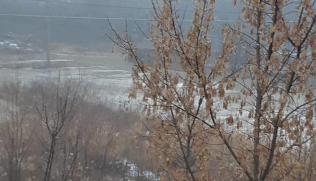 На Луганщині через обстріл окупантами водогону затопило присадибні ділянки