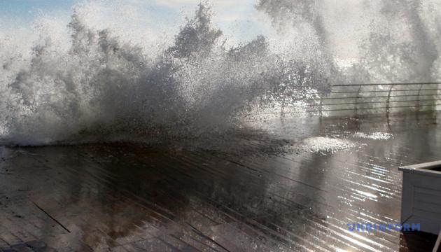 На Чорному і Азовському морях очікується шторм, хвилі - до чотирьох метрів