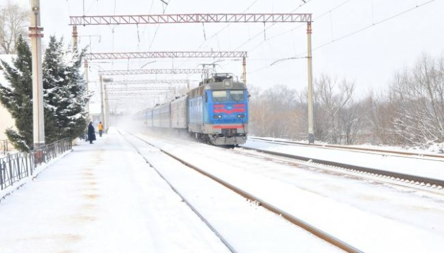 Укрзалізниця заявляє про затримку двох потягів через снігопад
