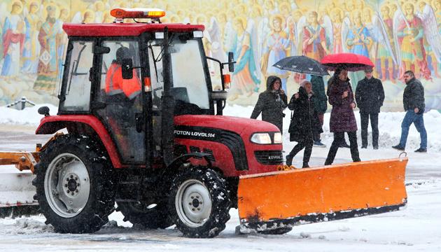 Киев чистят от снега больше 4300 коммунальщиков