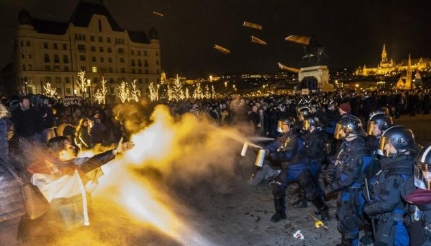 В Будапеште протесты против изменений в трудовом кодексе - полиция применила газ