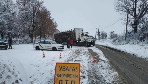 Из-за снегопада на Киевщине уже произошло более 100 ДТП