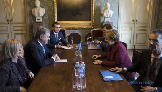 Poroshenko se reúne con Merkel