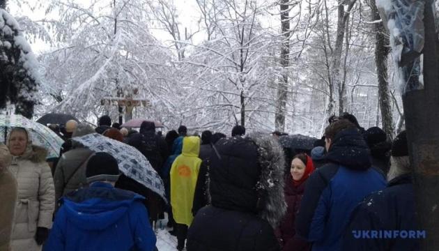 Сторонники УПЦ МП проводят под Радой молебен