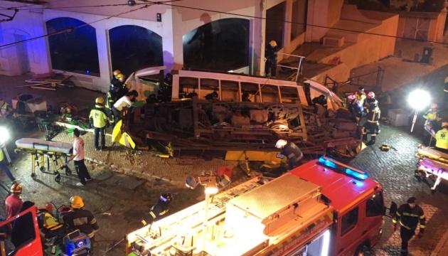 В Лиссабоне трамвай сошел с рельс: почти 30 пострадавших