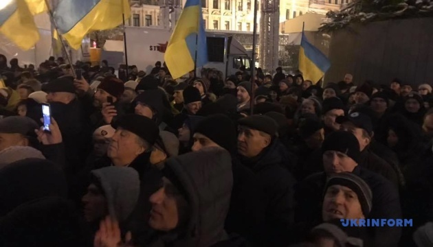 ソフィア広場でのウクライナ統一正教会の新しい首座主教を歓迎する人々の様子【動画】