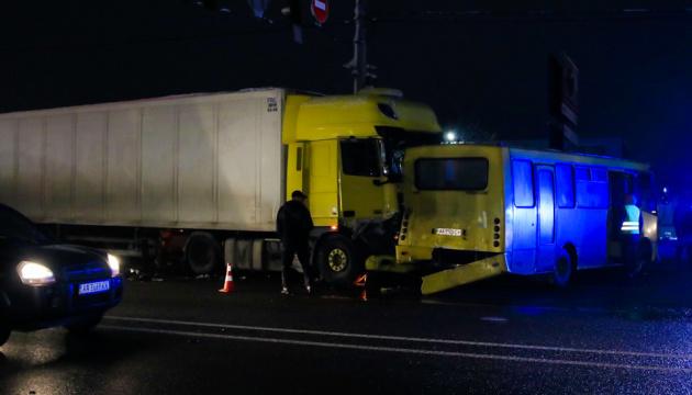 Масштабна ДТП під Києвом: фура протаранила шість легковиків