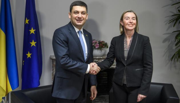 Гройсман обговорив з Могеріні необхідність посилення санкцій проти РФ