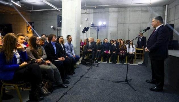 Порошенко зустрівся з викладачами і студентами Дніпра