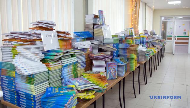 Марина Порошенко передала школьникам Донетчины 16 тысяч учебников