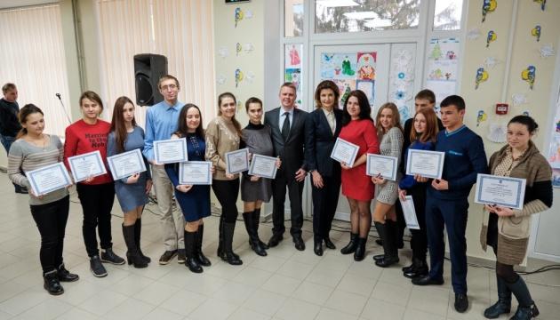 У Волновасі Марина Порошенко вручила ключі від квартир 14 дітям-сиротам