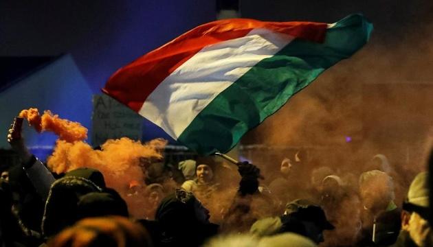 Недовольные политикой Орбана венгры пикетировали государственное ТВ