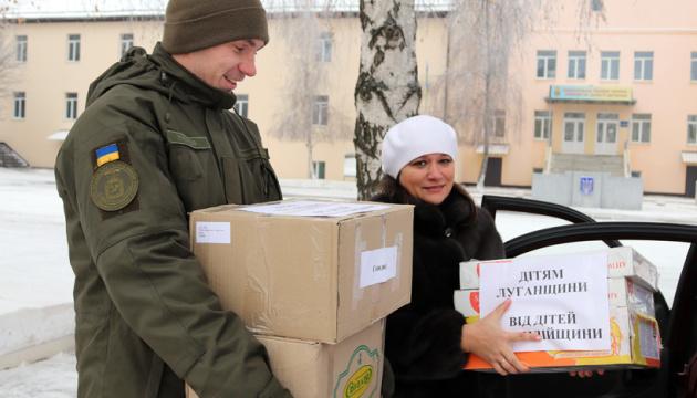 Нацгвардійці передали дітям Донеччини та Луганщини 20 тонн подарунків до Миколая