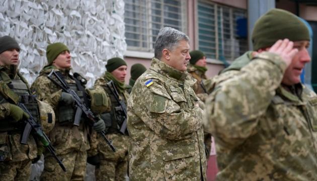 Präsident Poroschenko zeichnet Soldaten aus - Fotos