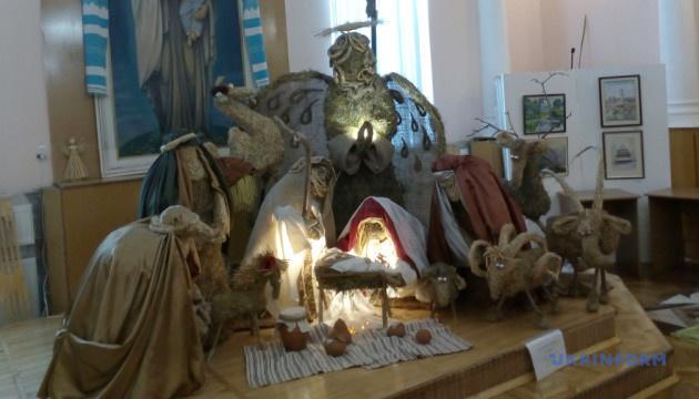 Дідухи, павуки та двометровий янгол: Прикарпаття святкує Різдво