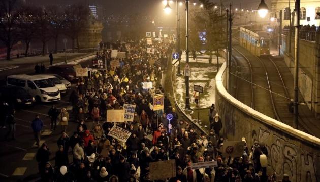 """Тысячи венгров вышли на улицы из-за """"рабского закона"""""""