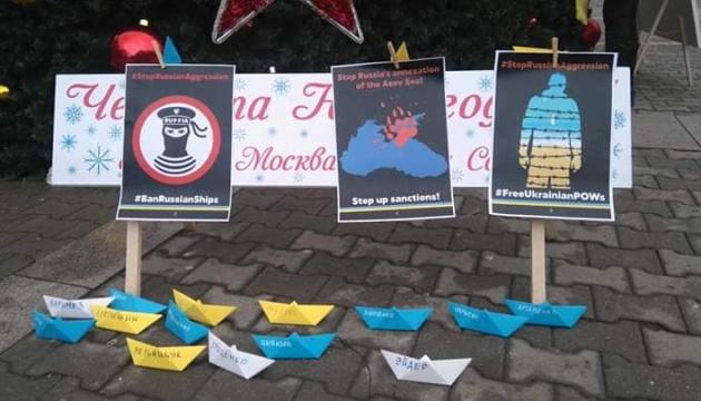 В Софии подаренную Россией елку украсили желтыми и голубыми корабликами