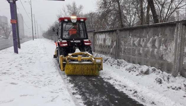 Столицю від снігу прибирають 334 одиниці технiки