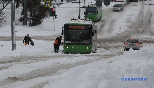 Харківщину засипало снігом - на дороги вийшло 225 одиниць спецтехніки