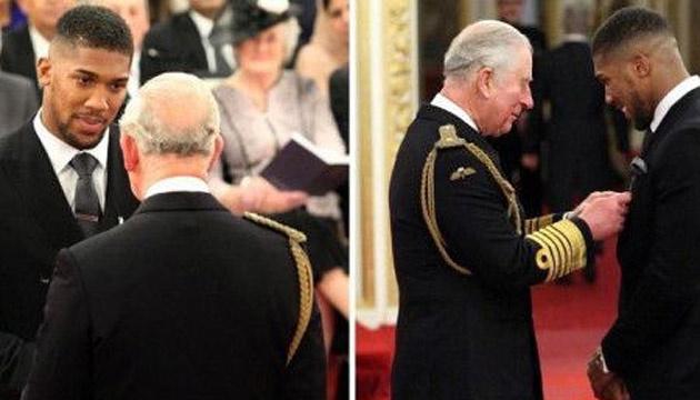 Британский боксер Энтони Джошуа получил орден из рук принца Чарльза